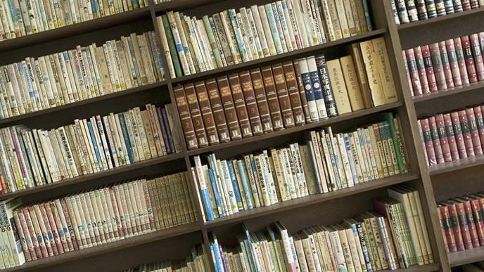 難しい本と絵本が置いてある図書館