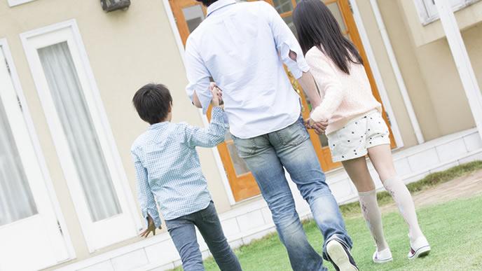 子供達と一緒に家に帰るパパ
