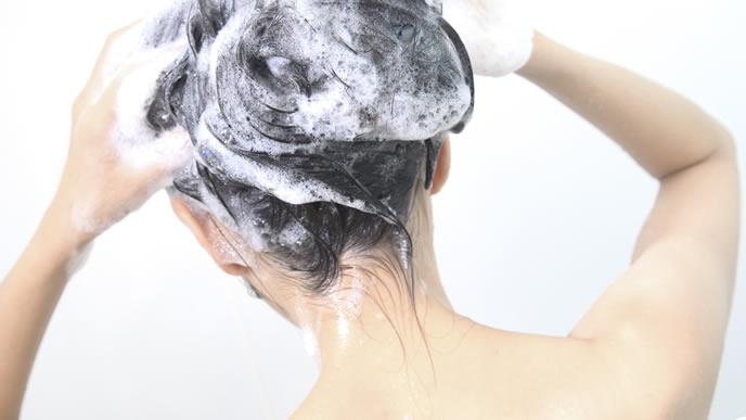重曹シャンプーで洗髪する女性