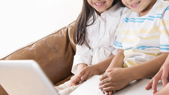 プログラミングの早期教育を受ける姉弟