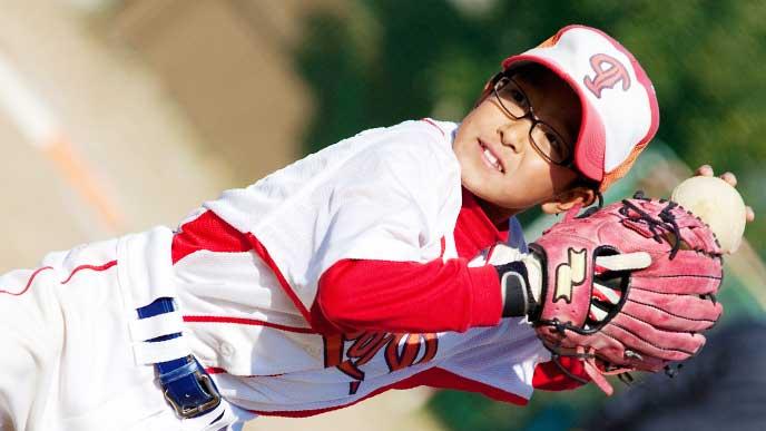 ネガネをかけて野球をしている男の子