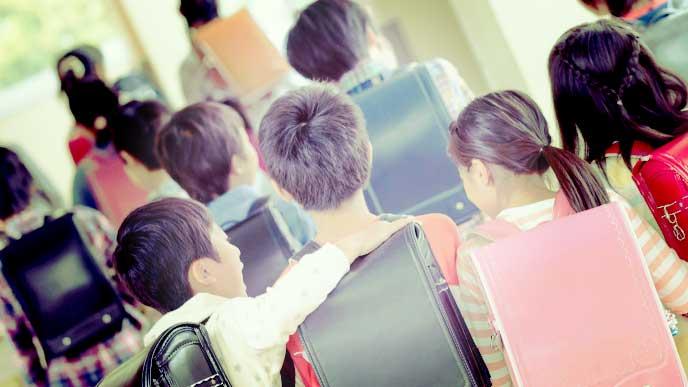 肩を組んで歩いている小学生たち