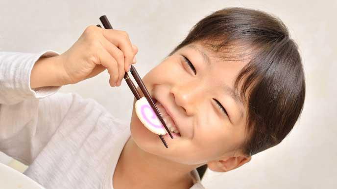 箸を上手く使ってナルトを食べてる女の子