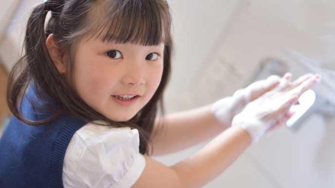 食事の前に手を洗っている女の子