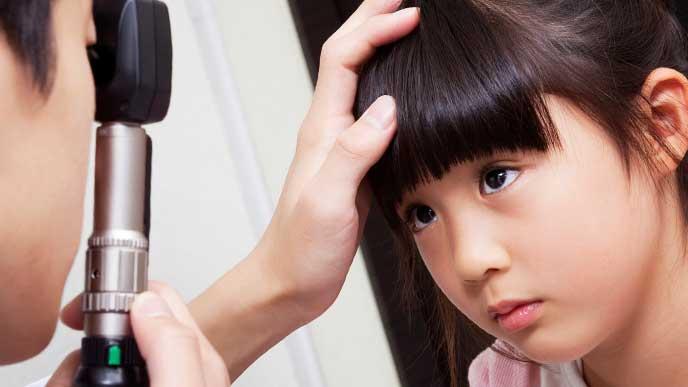 眼科で検査を受けている女の子