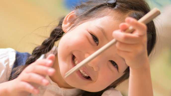 箸を持ってる左利きの女の子