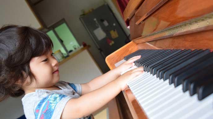 ピアノを弾いてる男の子