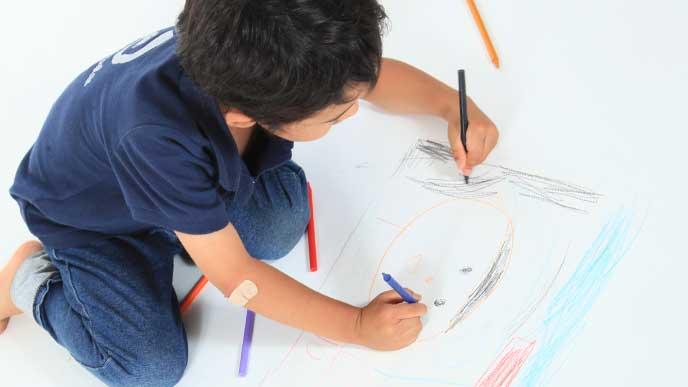 絵を描いてる左利きの男の子