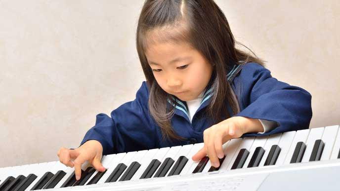 ピアノを習っている女の子
