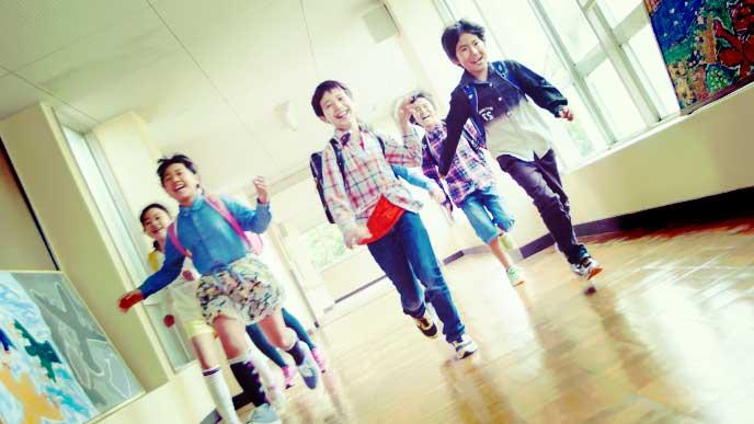 廊下を走ってる小学生の男の子グループ