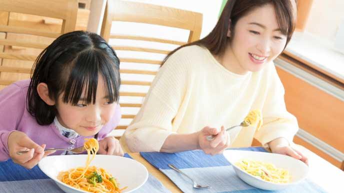 母親とパスタを食べてる女の子