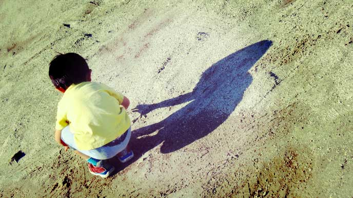 砂場で1人で遊んでいる男の子