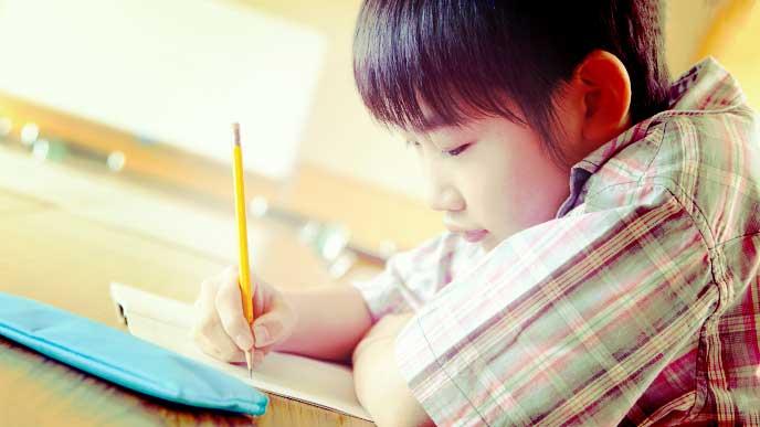 ドリルを使って勉強している男の子