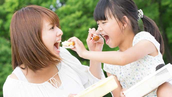 お互いにご飯を食べさせ合っている親子