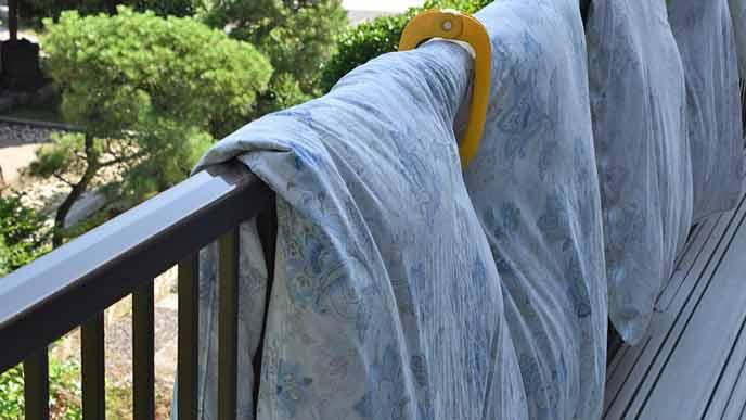 ベランダに布団の天日干し