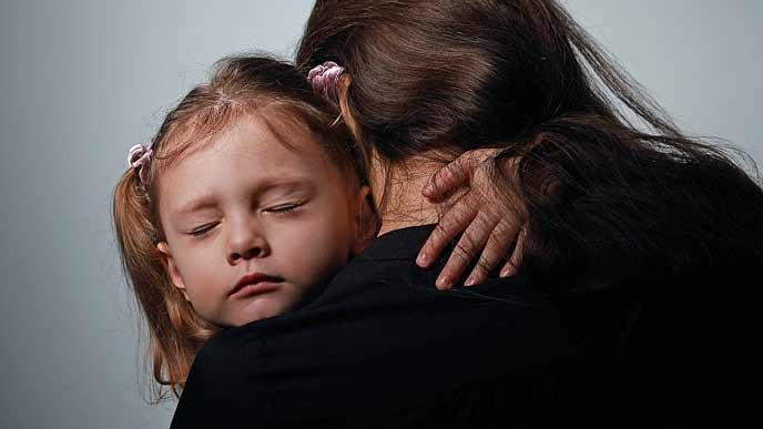 子供を抱きしめる一人ぼっちの母親