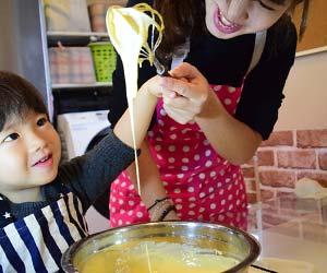 お好み焼きを作る準備をする子供