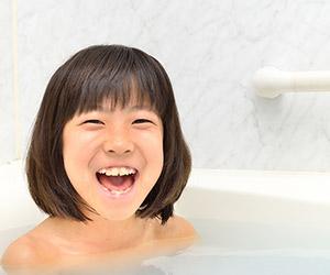 笑顔でお風呂につかる女の子