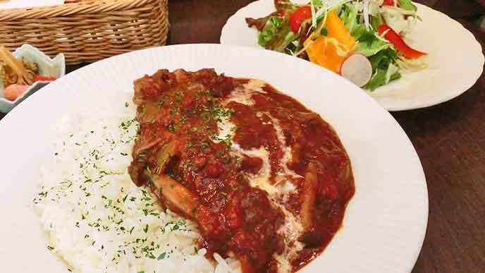 食堂のハヤシライスとサラダ