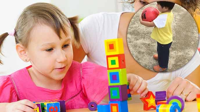 積み木遊びをする2歳児