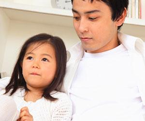 娘の話を聞く父親
