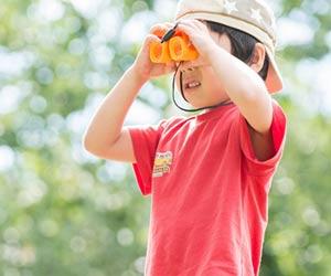 双眼鏡で観察する5歳児