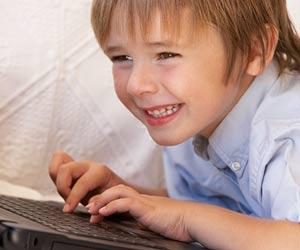 パソコンをいじる男の子