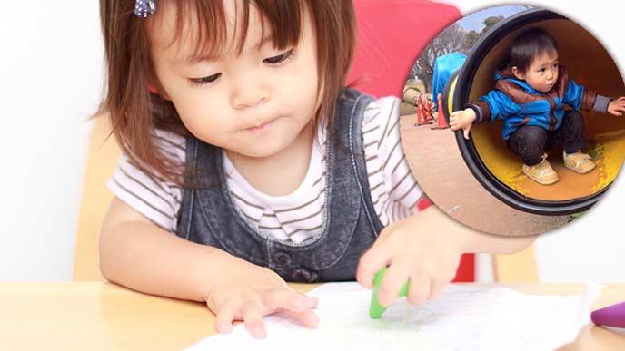 クレヨンで絵を描く一歳児