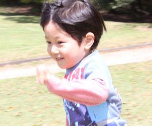 走る3歳児の男の子