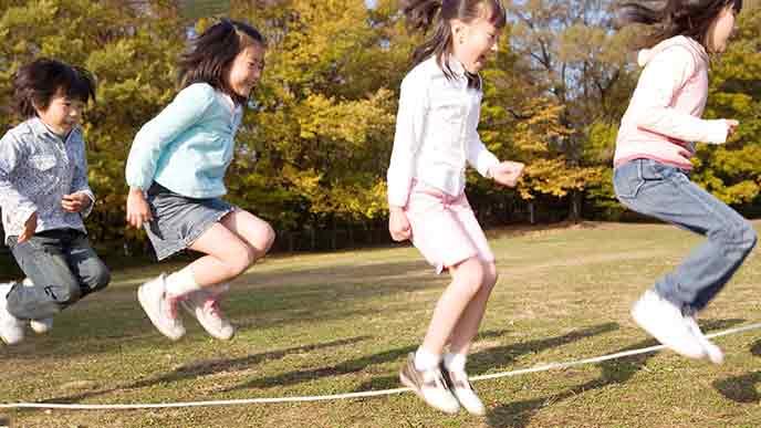 縄跳びする小学生
