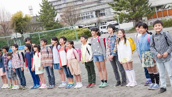 身長が違う小学生が並んで立つ