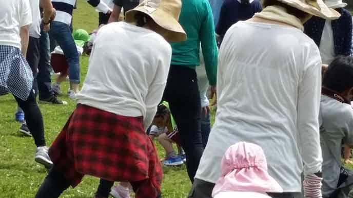 草地に集合する子供と親達