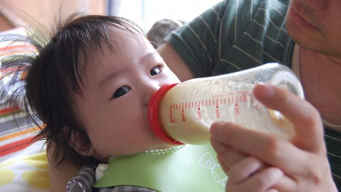 赤ちゃんにミルクを与える父親