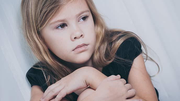 不安な表情の少女