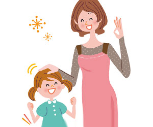 子供の頭をなでながら褒める母親