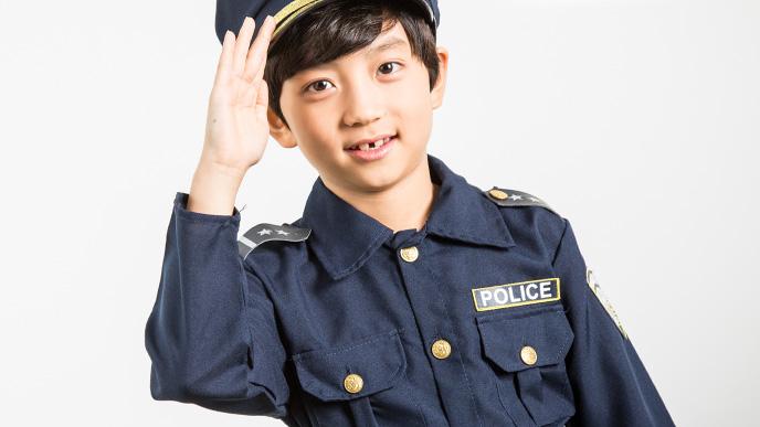 警察の体験をしている男の子
