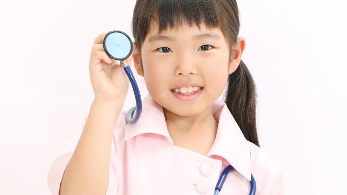 お医者さんの体験をしている女の子