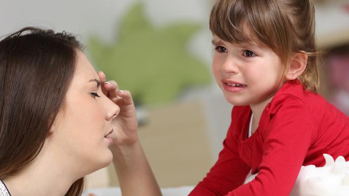 イライラしているママと泣いている子供