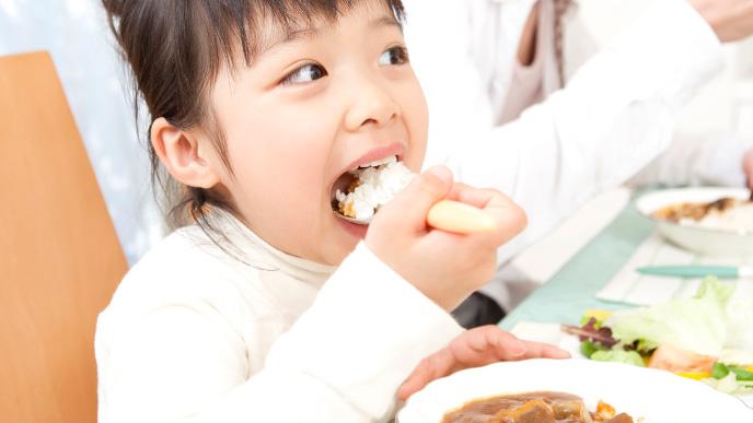 家族で食事する女の子