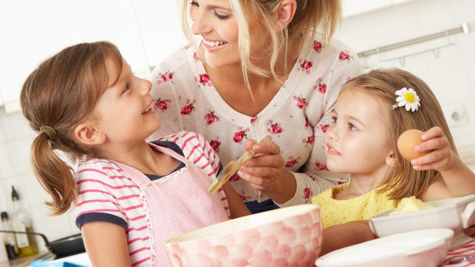 お菓子作りを楽しむ親子