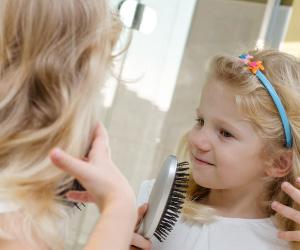 髪のセットをする女の子