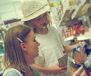 ママとお菓子を選ぶ女の子