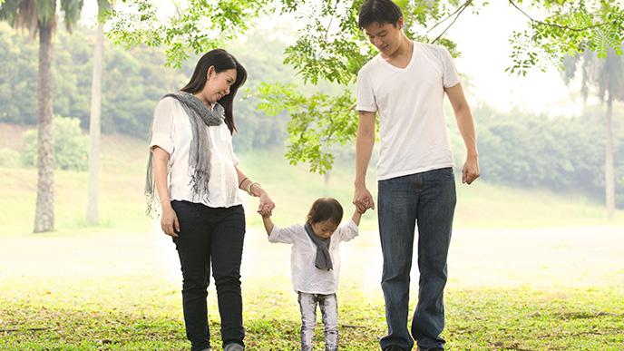 子供と出かける夫婦