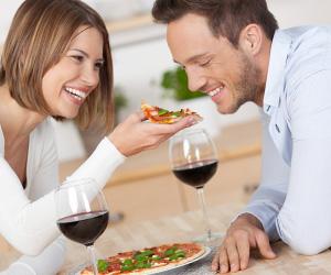 家でお祝いする夫婦