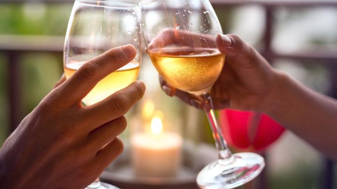 乾杯する夫婦の手