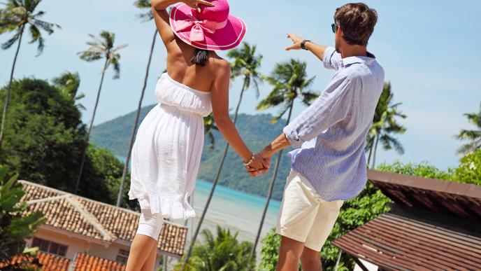 旅行に出かける夫婦