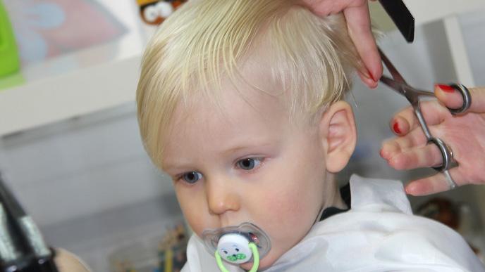 美容室で髪を切っている男の子