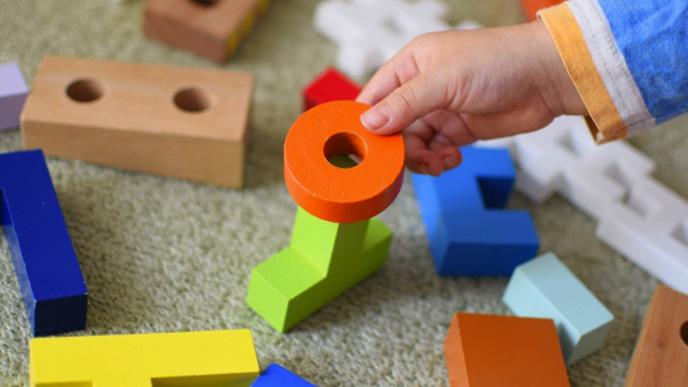 ブロックを積んで遊んでる子供