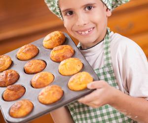 本格的にお菓子を手作りする男の子