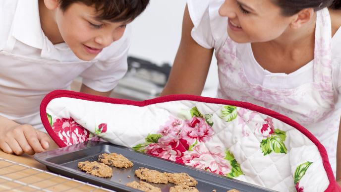 お菓子を作る親子